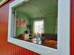 13-Ausgebauter-Bauwagen-als-Ferienwohnung-sicht-ins-Fenster